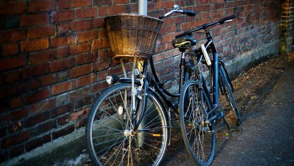 Przedstawiciel oferuje mi wodoodporny pokrowiec na rower