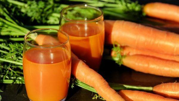 Jakie są zalety wyciskarek do soków oraz jak powstaje sok?